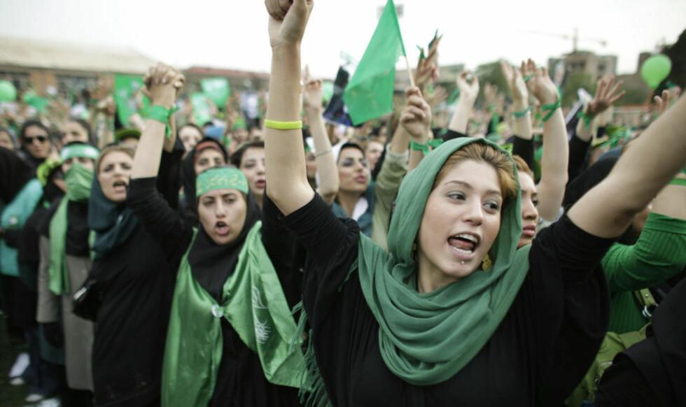 LOVLIG DEMONSTRASJON: I dag får iranerne demonstrere lovlig. De siste ukene har det vært mange store demonstrasjoner, der det har skjedd flere sammenstøt mellom iransk politi og paramilitære og sivile demonstranter. (AP Photo/Ben Curtis, File)