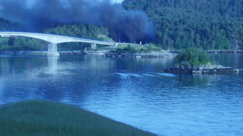 RØYK: Det sto røyk ut på Eiksundsiden av tunnelen søndag kveld.  Foto: Peder Heimland