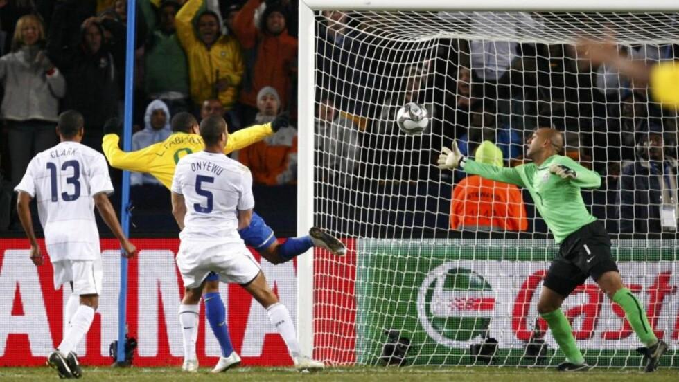 DAGENS MANN:Luis Fabiano skåret to mål da Brasil snudde kampen mot Brasil og vant Prøve-VM i Sør Afrika.  Her må den amerikanske keeperen Tim Howard innse at ballen går over linja til utlikning.  Foto: REUTERS