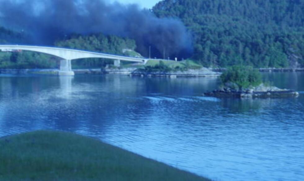 RØYK: Røyken veltet ut av tunnelen da bilene startet å brenne etter ulykken. Foto: Peder Heimland