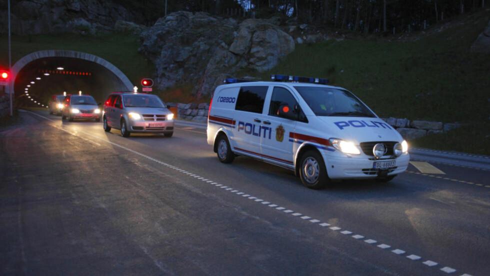 FEM OMKOMMET:  Fem personer mistet livet i trafikkulykken i Eiksundtunnelen søndag kveld. De omkomne ble fraktet ut av tunnelen i natt. Foto: Svein Ove Ekornesvåg