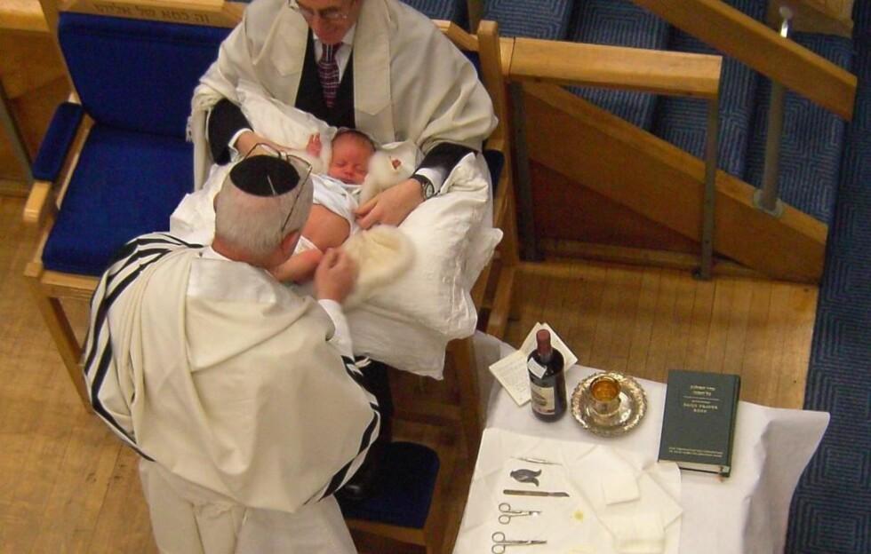OMSKJÆRING: Jødiske gutter omskjæres gjerne på sin åttende levedag om de ellers er friske.  Foto: WIKIMEDIA COMMONS