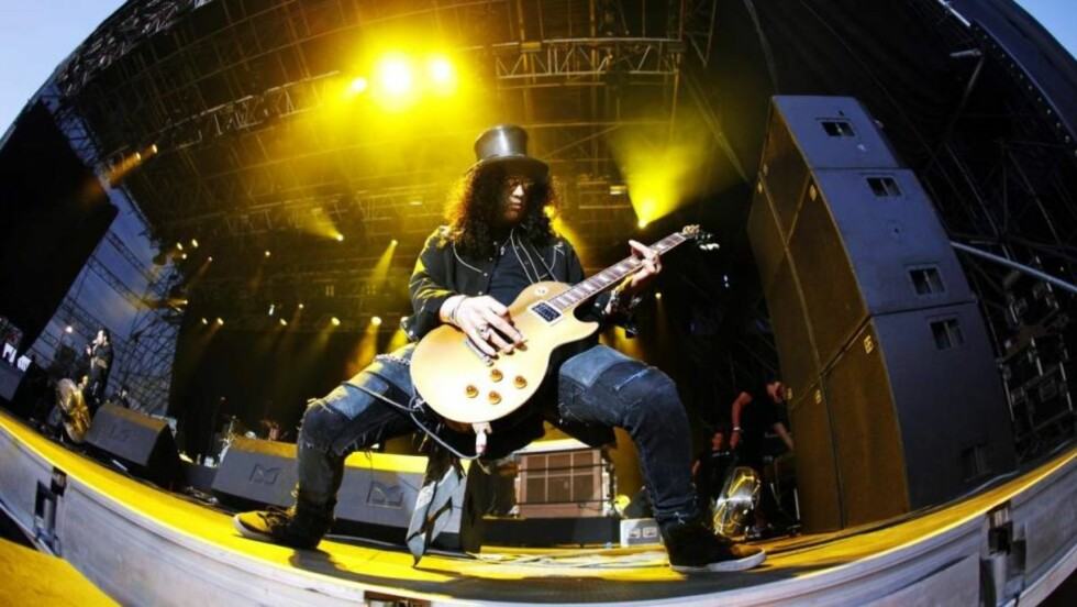 GITARHELT: Slash fikk glimtvis vist frem hvilke hardtarbeidende og ikonisk gitarist han kan være på sitt beste. Foto: Scanpix.