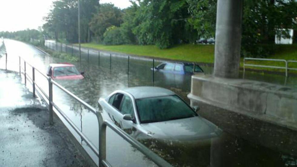 OVERSVØMMELSER: Uværet i Skara skapte store oversvømmelser i ettermiddag. Det kan bevege seg inn over Østfold. Leserfoto: MALIN BELINA