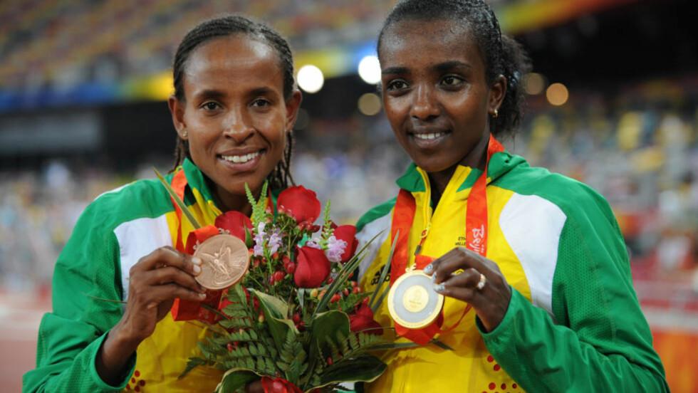 DUELL I FARE: Tirunesh Dibaba (høyre) og Meseret Defar satte verdensrekorder på 5000 meter på Bislett både i fjor og året før, og var klare for en sjelden duell på Bislett. Forrige gang de to møttes utenom mesterskap, var i 2006. Men nå tyder mye på at duellen ryker. Her med gull og bronse i OL i Beijing i fjor.Foto: SCANPIX/AFP / FABRICE COFFRINI
