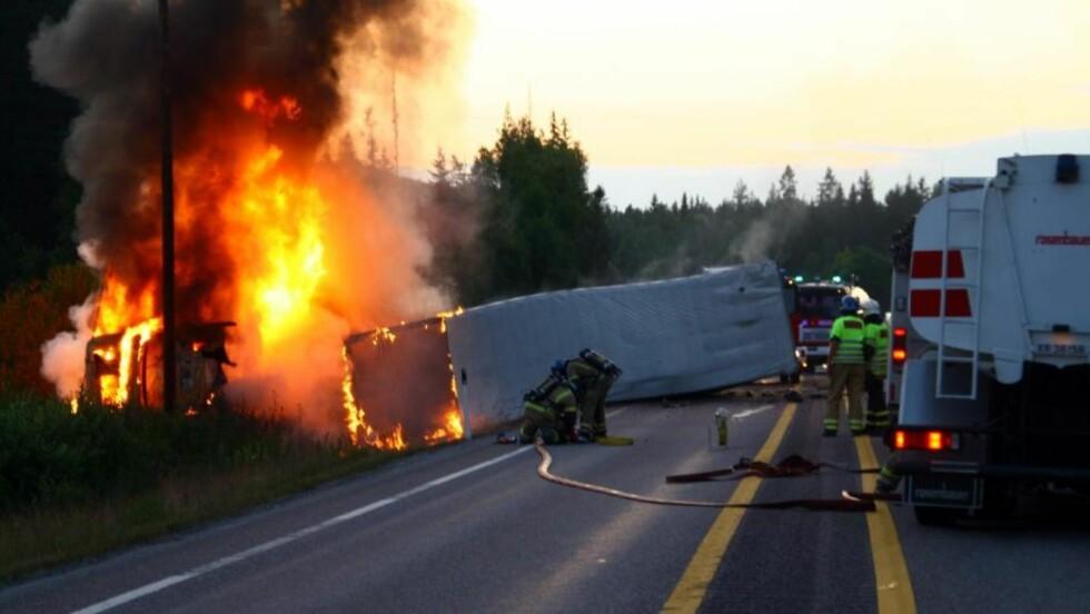 EN OMKOMMET:  En person omkom i en alvorlig ulykke på E6 på Dal i Eidsvoll. Foto: Dan Åsen  Hansen