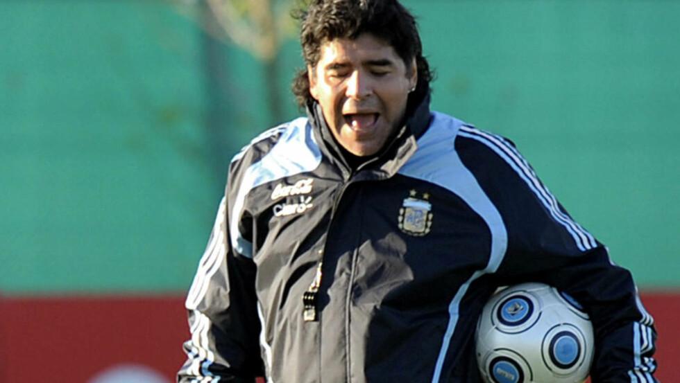 IKKE FORNØYD I BUENOS AIRES: Landslagssjef Diego Maradona håper laget får mer støtte i Rosario. Foto: AFP/DANIEL GARCIA