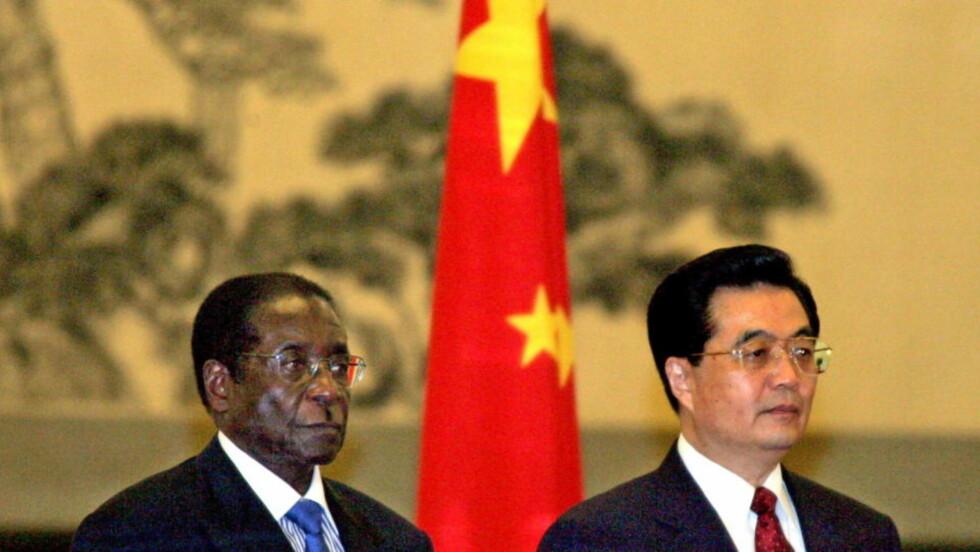 GODT FORHOLD: Presidentene Robert Mugabe (t.v.) og Hu Jintao har et nært forhold, og Kina gir nå Zimbabwe et rekordstort lån. Dette bildet er fra 2005. Foto: REUTERS/Jason Lee/Scanpix
