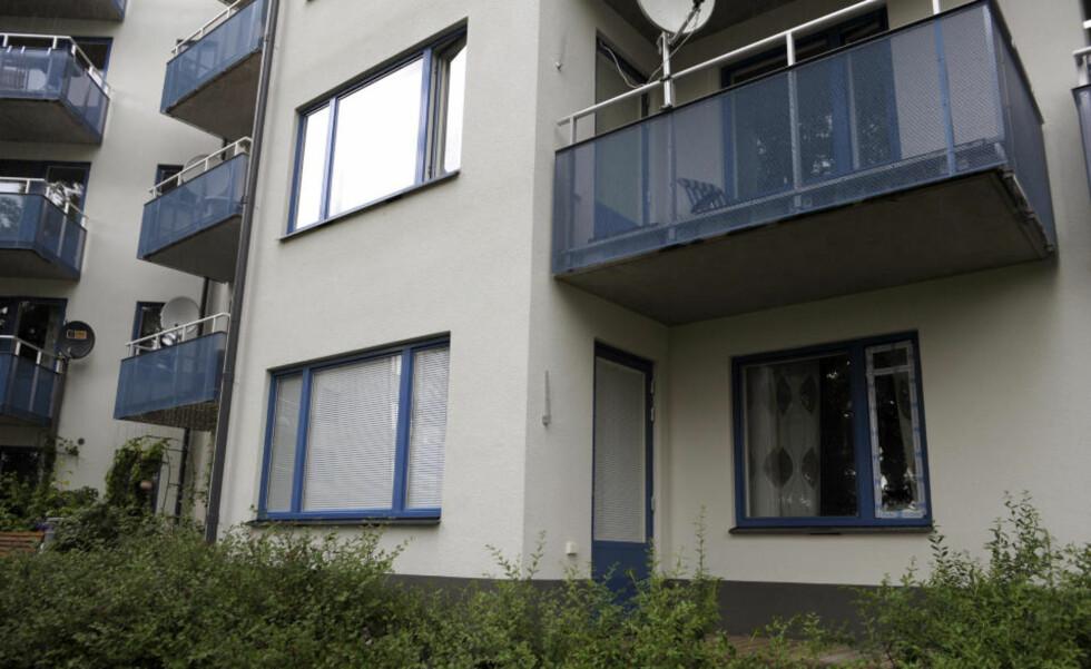 POLITIET OPPDAGET DOBBELTDRAP: Sivile tjenestemenn fra stockholmspolitiet oppsøkte i går kveld denne leiligheten for å varsle en kvinne om at mannen hennes var død etter en ulykke eller selvdrap på en togstasjon. Så fant de kvinnen og parets sønn drept. Foto: SCANPIX