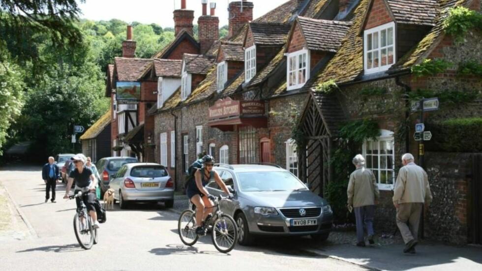PÅ TO HJUL: Sykkel er en perfekt måte å oppleve engelsk landsbysjarm og natur. Foto: Tone Vassbø