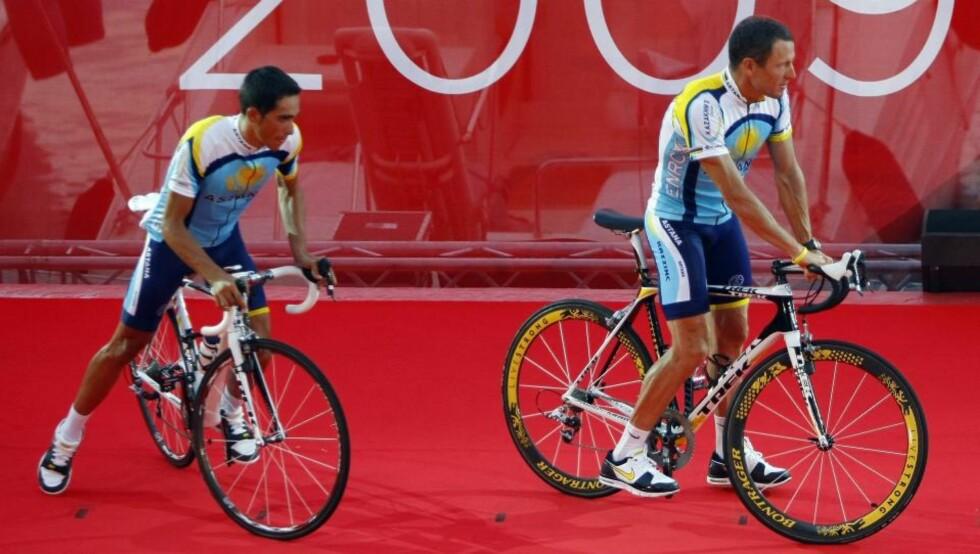MAKTKAMP? Astanas Lance Armstrong sykler av torsdagens Tour-presentasjonspodium foran spanske Alberto Contador. Astana stiller et sterk lag i årets ritt, og mange lurer på om maktkamp mellom disse to kan bli en utfordring for team-ledelsen.Foto: SCANPIX/REUTERS/Bogdan Cristel