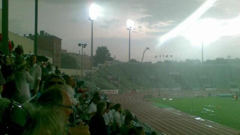 TOMME TRIBUNER: Bislett Stadion er utsolgt, men det så ikke sånn ut da det verste været la seg over stadion. Foto: EIRIK WINSNES