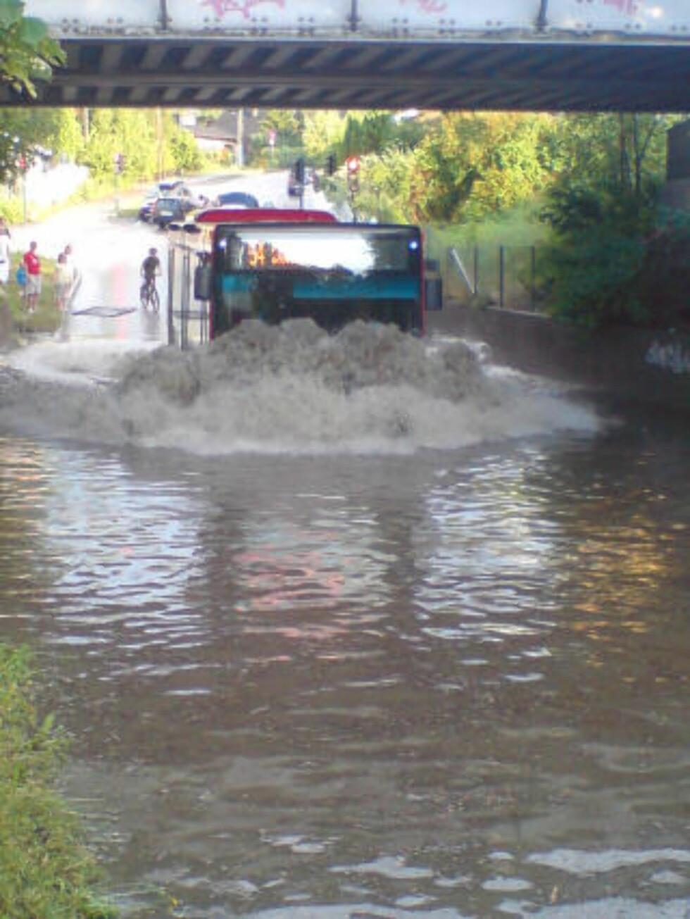 FOSSER FREM: Bussen forserer oversvømmelse ved Kjelsås. Foto: TORE SKOBBA