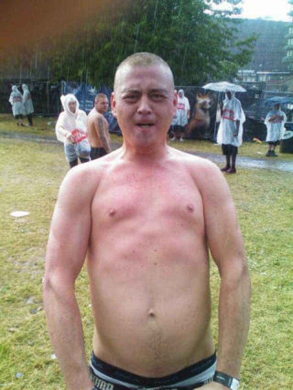KJENTE REGNET PÅ KROPPEN: Denne festivaldeltakeren kastet like godt skjorta.  MMS-foto: MARTIN HAUG SCHILDE/OSLO LIVE