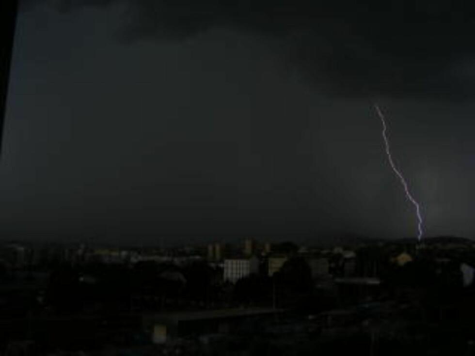SETT FRA MOSSEVEIEN:  Da det ble bekmørkt over Oslo tidlig i uværet fredag kveld. Foto: ARE BURAAS.