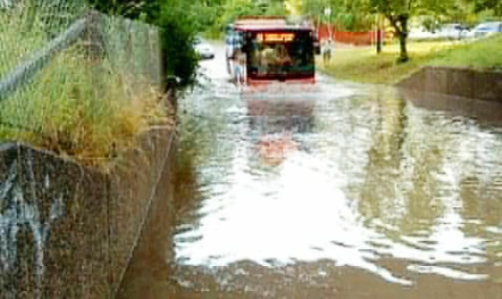 BUSS UNDER VANN: Denne bussen fikk store problemer da veiene ble oversvømt ved Teknisk museum på Kjelsås. Foto: KEREN OG VEGAR