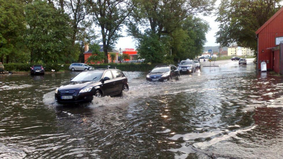 OVERSVØMMELSE: Mellom Telthusbakken og Alexander Kiellands plass i Oslo ble veiene fullstendig oversvømt. Foto: ARNA VIKANES SØRHEIM