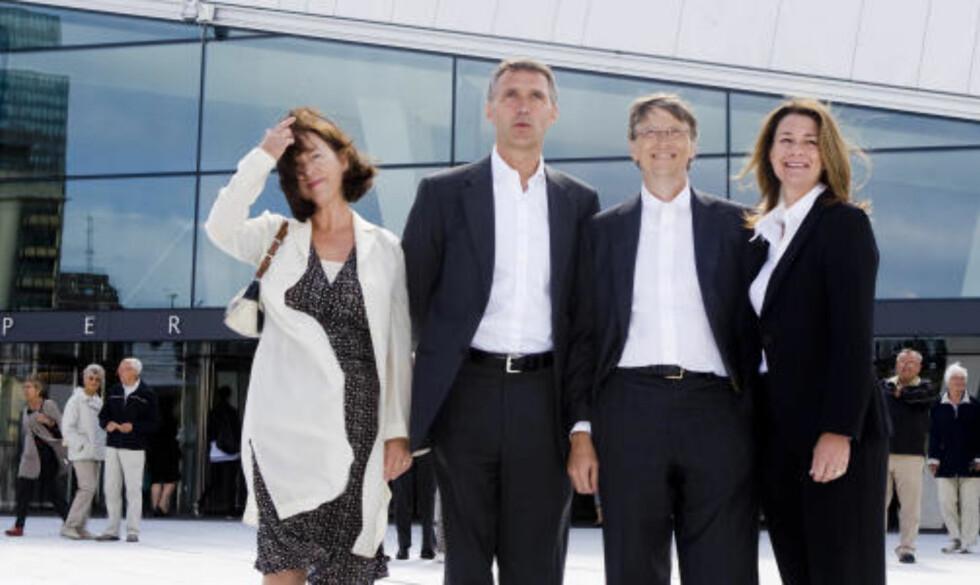 VET IKKE EN DRITT? Bill Gates skjønner ikke norsk business, mener Johan H. Andresen. Her fra Gates' besøk i Oslo. Fra venstre, Ingrid Schulerud, Jens Stoltenberg, Bill og Melinda Gates. Foto: Heiko Junge / SCANPIX