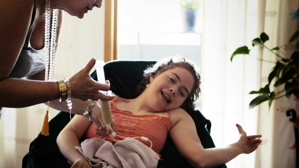 MOTARBEIDET: Mamma Anita gir Aurora (19) mat gjennom en slange inn i magen. Moren er frustrert og føler seg motarbeidet av Grorud bydel i Oslo. Foto: LARS LINDQVIST