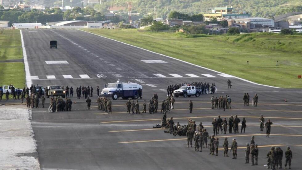 STOPPET: Blokkeringer på rullebanen og trusler om avskjæring med kampfly gjorde at Honduras' avsatte president Manuel Zelaya ble hindret i å lande i hovedstaden Tegucigalpa søndag. Foto: REUTERS/SCANPIX