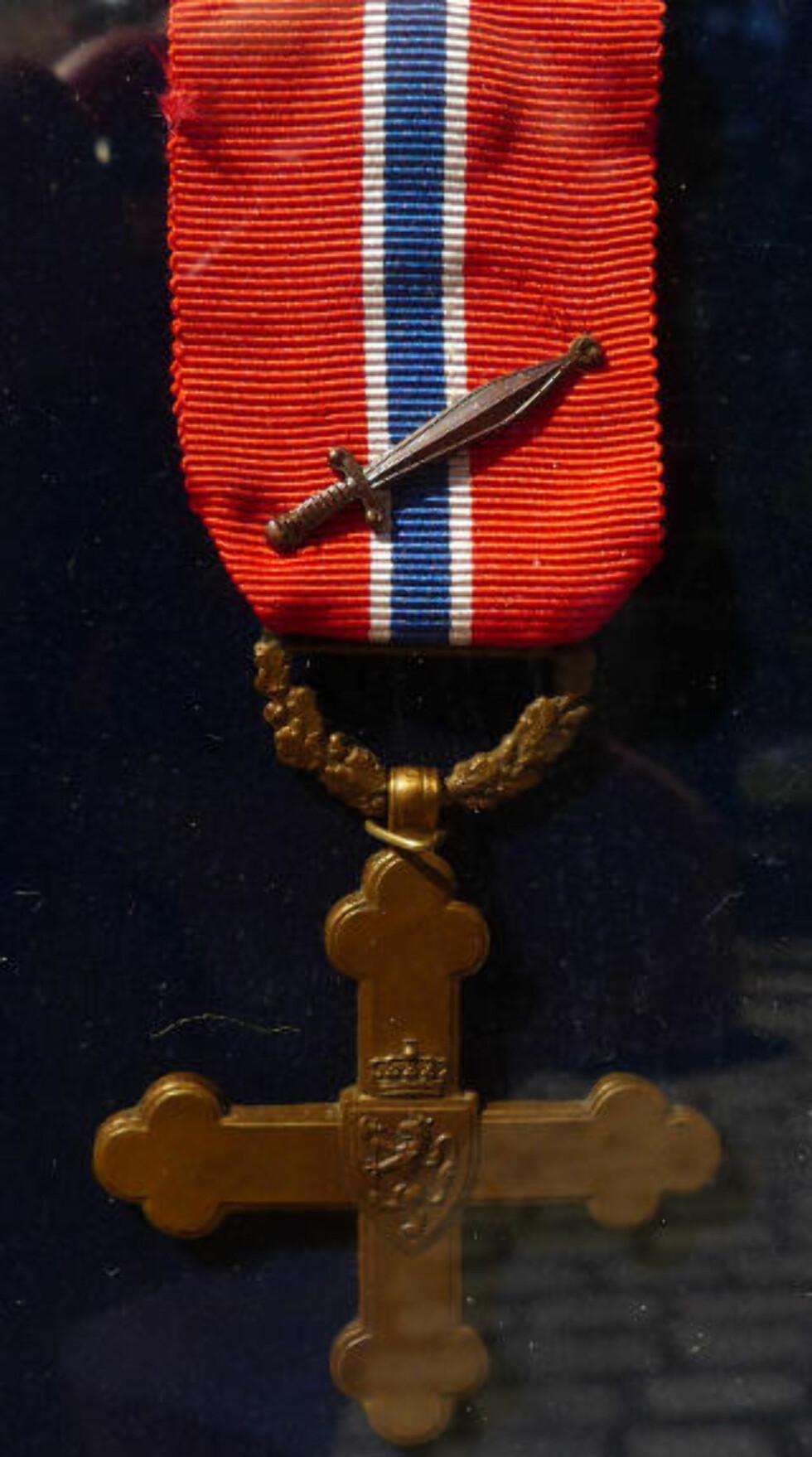 KRIGSKORSET MED SVERD: Totalt er 280 medaljer utdelt. Av disse gikk mange til utlendinger av diplomatiske årsaker. Bare 147 nordmenn er tildelt Krigskorset. De fleste for spesiell tjeneste. Bare sju personer i Hæren utenom spesialtjeneste er tildelt Krigskorset. Av disse bare fem for innsats under felttoget i Norge i 1940. I statuttene for tildeling av Krigskorset heter det at det skal være personlig tapperhet eller ledelse av avdeling eller fartøy i kamp som legges til grunn. Foto: Kristoffer Egeberg