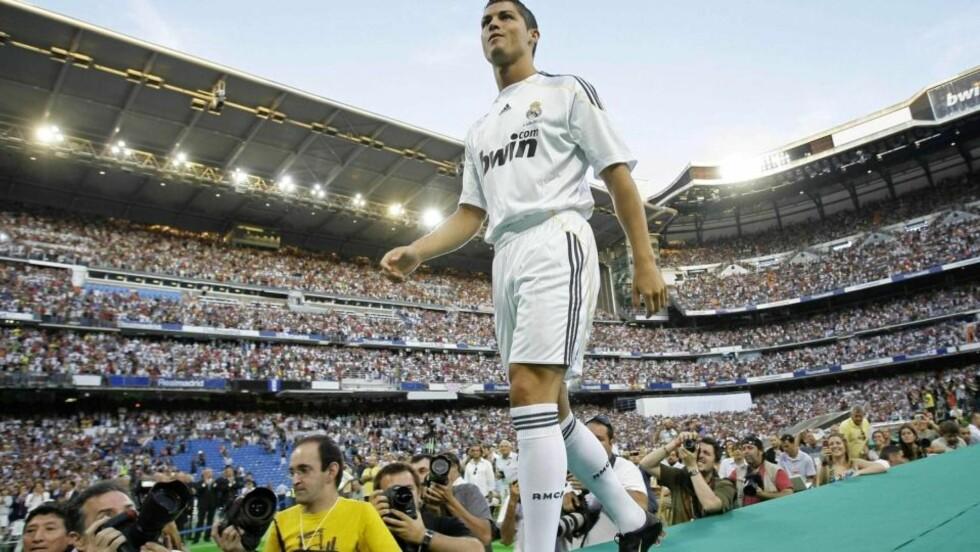 PÅ PLASS: Cristiano Ronaldo entrer Santiago Bernabeu i den helhvite drakta han har drømt så lenge om å få spille i. Foto: Juan Medina, Reuters/Scanpix