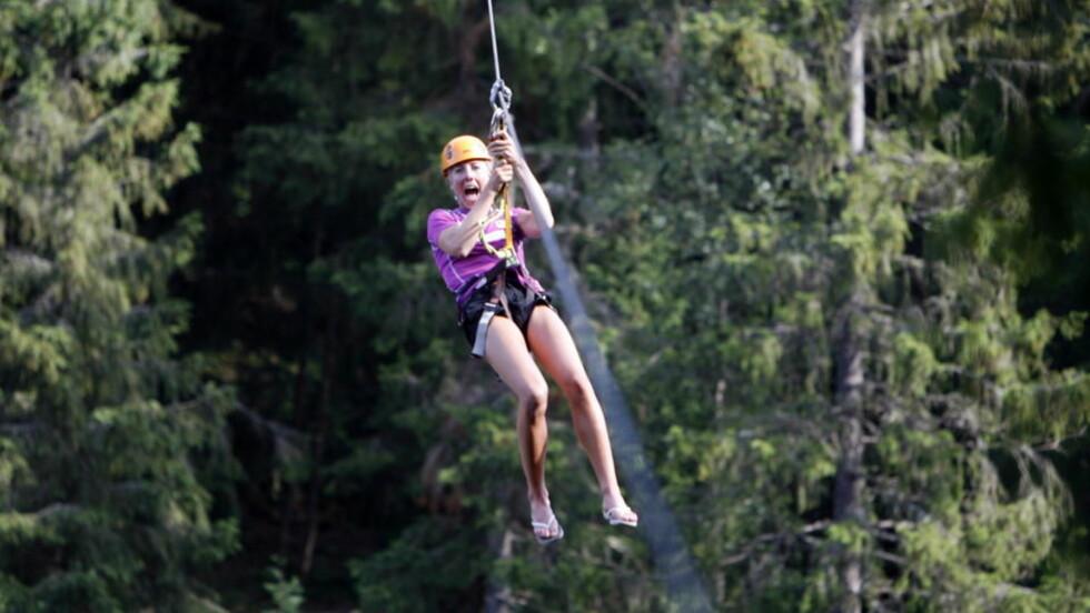 UTFORDRER SEG SELV: Kristin Størmer Steira svever 30 meter over Numedalslågen i treningsarbeidet fram mot OL i Vancouver. Skistjerna elsker å ta utfordringer.Foto: Tormod Brenna
