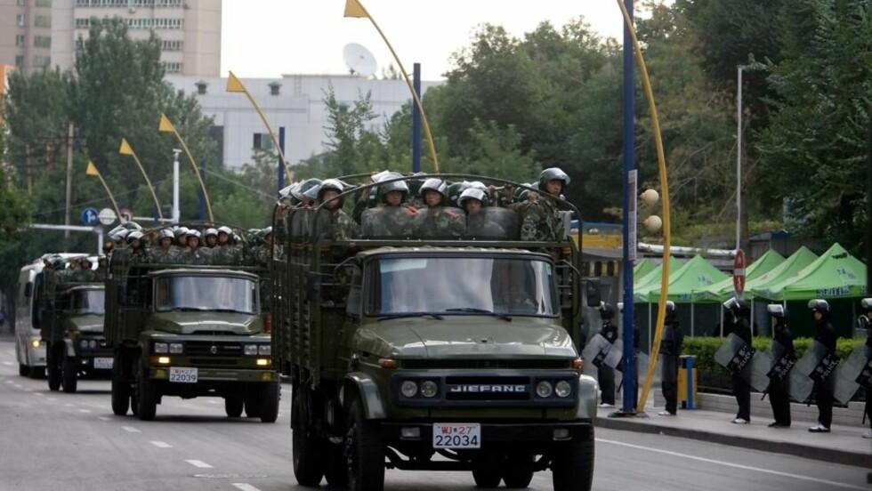PATRULJERER: Sikkerheten i Urumqi er høy onsdag, med tusenvis av soldater som patruljerer gatene i byen. Foto: EPA/SCANPIX