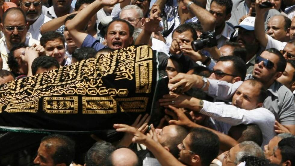 RASERI: Det brutale mordet på Marwa al-Shirbini i Dresden opprører Egypt. Her deltakere i begravelsen av kvinnen på mandag. Foto: Asmaa Waguih REUTERS