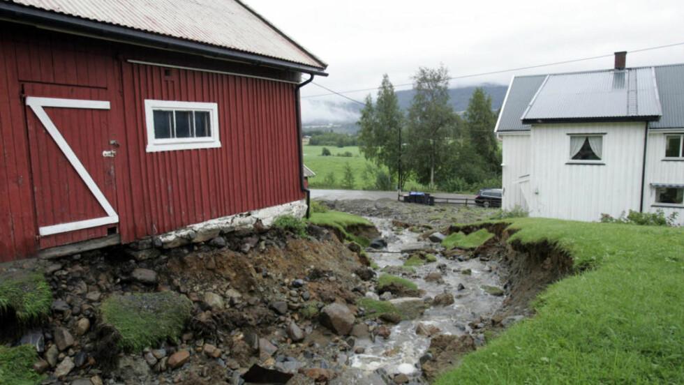 SJEKK AVLØP:  NVE råder folk til å sjekke at lokale bekkker, avløp og renner er åpne når det massive regnværet setter inn på store deler av Østlandet i dag. Vannet finner en vei uansett - her fra Søndre Land, der vannet fant en ny trase under flommen somemren 2007. Arkivfoto: TERJE BENDIKSBY, SCANPIX.