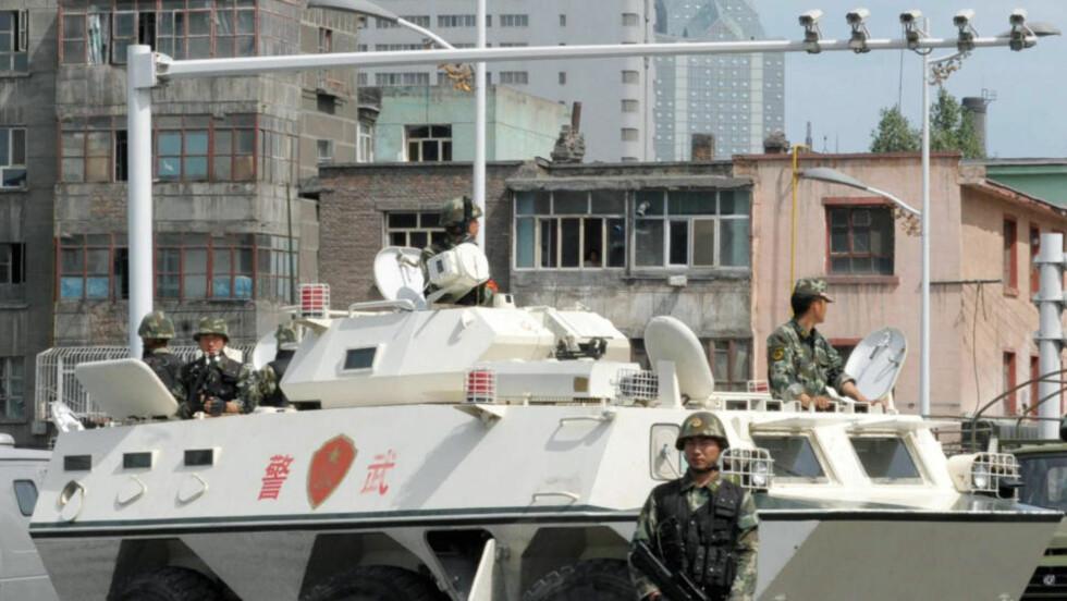 JERNGREP:  Flere tusen soldater med tanks og annet tungt utstyr rullet i løpet av onsdagen inn i den urolige byen Urumqi. Foto: KYODO NEWS/AP/SCANPIX.