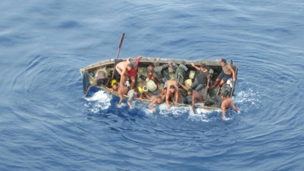 HAVSNØD:  13 cubanske båtflyktinger ble plukket opp midt i Mexico-gulfen fra denne lille båten av det norske gasskipet Berge Danuta som tilhører rederiet BW Gas ASA i 2008. De hadde satt kurs fra Cuba til Florida, men var langt ute av kurs da de ble reddet. Foto: Mannskapet,  Berge Danuta