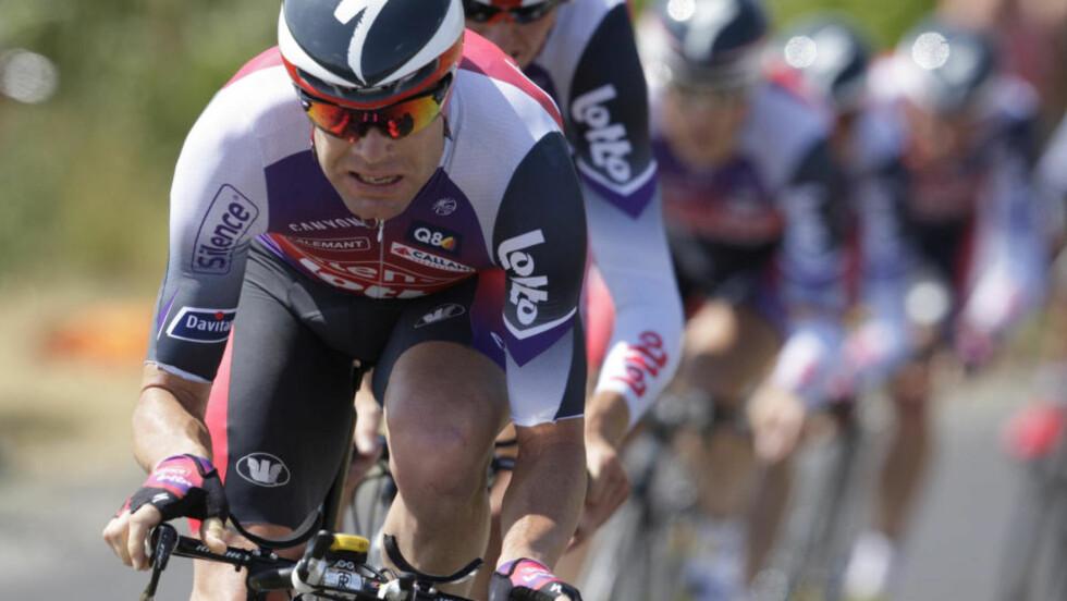 ALENE I FRONT: Cadel Evans har slitt i motbakke som kaptein for et mindre imponerende Silence Lotto hittil i Tour de France. I dagens motbakke inn mot mål i Barcelona tror han Thor Hushovd kan få vist fram oksekreftene sine. Foto: SCANPIX/AP Photo/Bas Czerwinski)