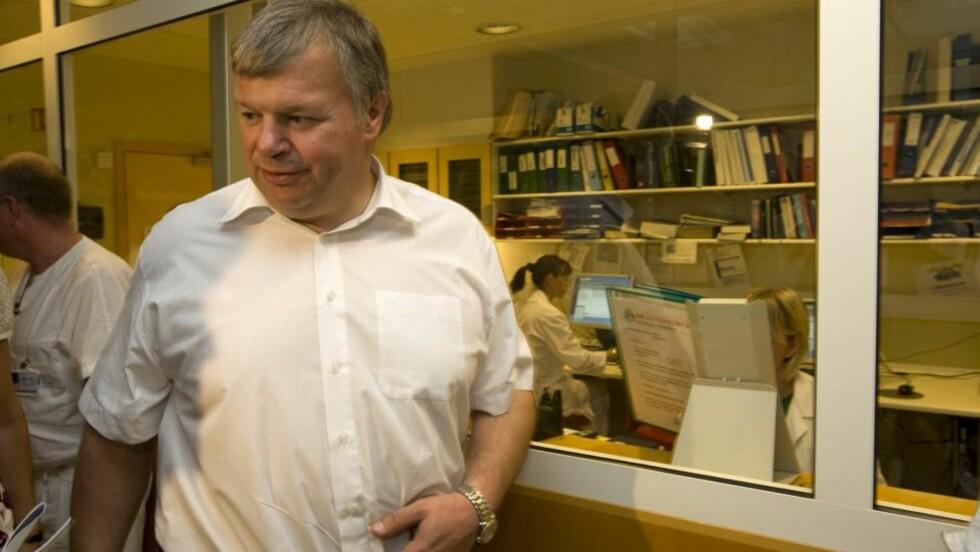 - BØR KOMME PÅ BANEN: Helseminister Bjarne Håkon Hanssen (Ap) under et besøk på Ullevål universitetssykehus. Erna Solberg (H) og Harald Nesvik (Frp) mener han bør komme på banen. Foto: Terje Bendiksby / SCANPIX