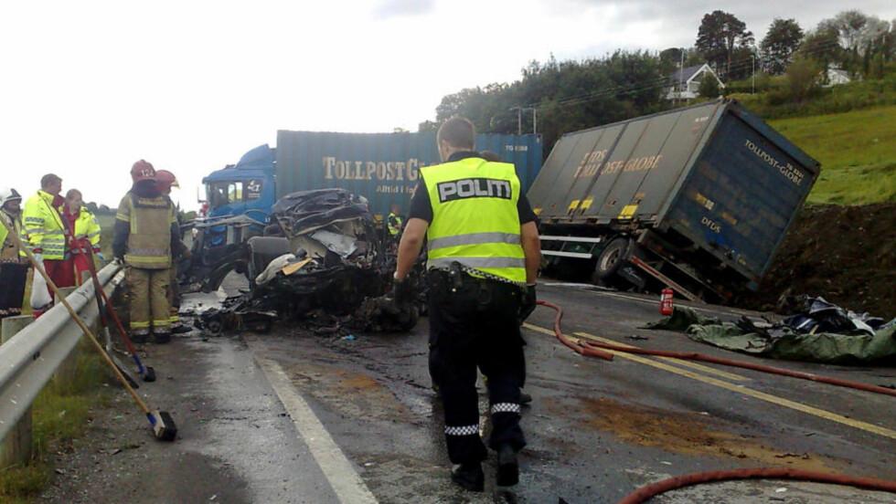 DØDSULYKKE:  En 32 år gammel mann døde i en frontkollisjon med et vogntog ved E6 ved Skogn i dag. Nå skal to politimenn avhøres om saken.  Foto: Tor Aage Hansen / SCANPIX