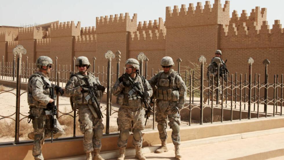 BRØT LØS STEINBITER: En gruppe internasjonale eksperter sier i en UNESCO-rapport som ble offentliggjort torsdag at det ble gjort stor og uopprettelig skade på ruinene i Babylon mens amerikanske soldater hadde en militærbase der. Foto: AP Photo/Karim Kadim