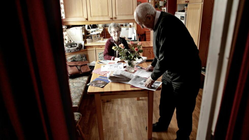 SIER STOPP:  Strømmen av brev med bønn om hjelp hoper seg opp på kjøkkenbordet hjemme hos Joralf Gjerstad og kona Signe. Nå ser ikke Snåsamannen annen råd enn å brenne alle brevene. Og samtidig er det han som trygler - om at folk gir han fred etter 50-60 år som har tatt på. Foto: LARS EIVIND BONES, DAGBLADET.