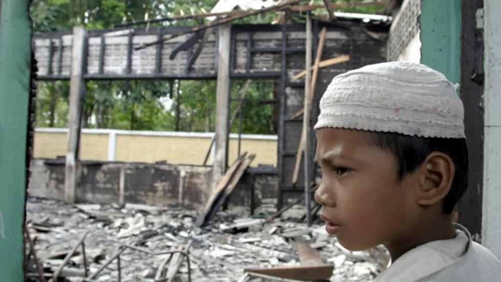 I SJOKK: En ung, thai-muslimsk gutt tar skadene i øyesyn etter at skolen han gikk på i Pattani-provinsen ble brent ned. Foto: EPA/ABDULLAH WANGNI/Scanpix