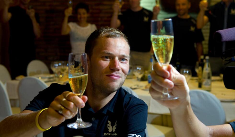 UNNET SEG ET GLASS: Thor Hushovd unnet seg et glass champagne i går kveld. Mye av presset forsvant på nordmannen med etappeseieren i Barcelona.Foto: Heiko Junge / SCANPIX