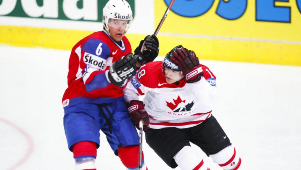 LANDSLAGSSPILLER: Jonas Holøs har sagt nei til en NHL-klubb. Her er nordmannen i duell med kanadiske Matthew Lombardi i VM. Foto: Foto: Cornelius Poppe / SCANPIX