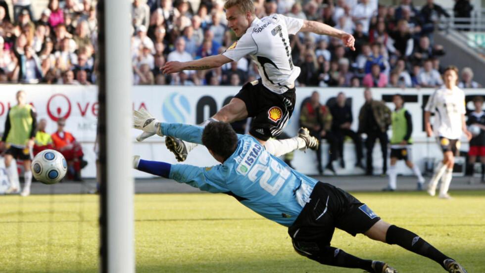 2-2 i SERIEN: Her utlikner RBKs Trond Olsen mot Molde i seriekampen i Trondheim i mai. Foto: Foto: Gorm Kallestad / SCANPIX