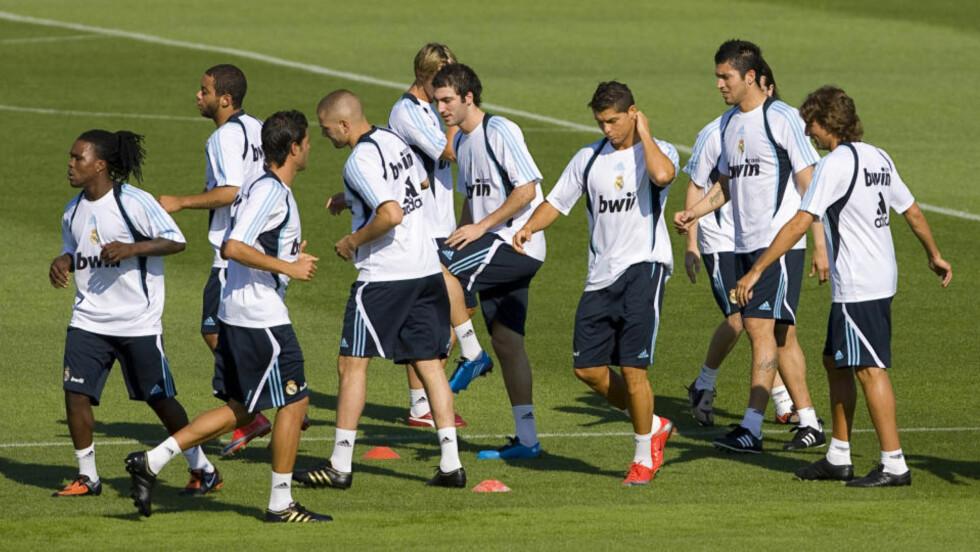 NYE GUTTER I KLASSEN: Ferskingene Cristiano Ronaldo (med røde sko) og Karim Benzema (uten hår) var på plass da Real Madrid startet sesongoppkjøringen i dag morges. Foto: Angel Navarrete, AP/Scanpix