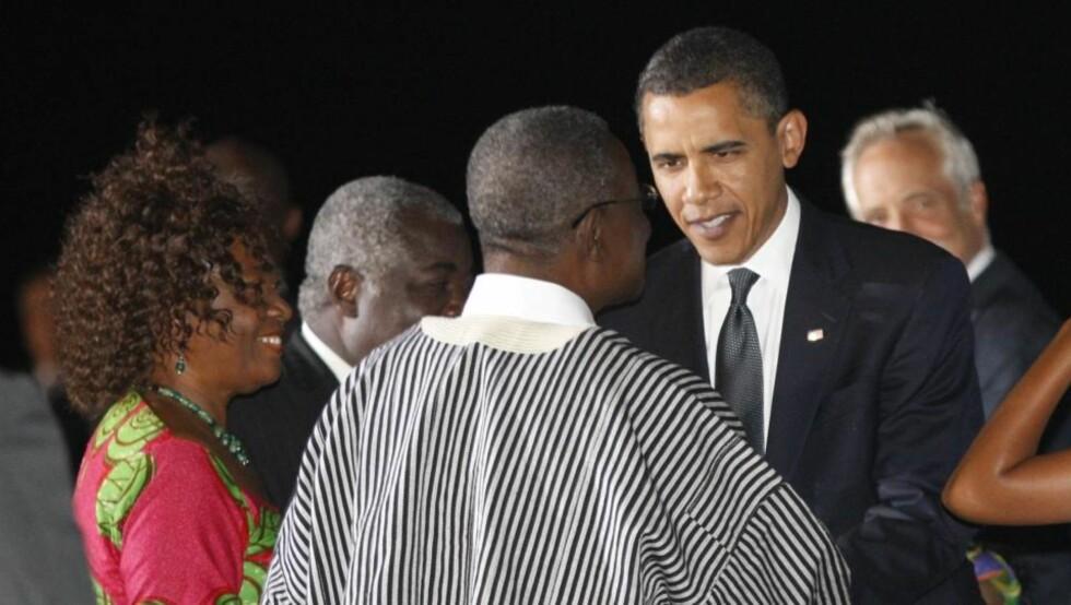 Obama hilser på Ghanas president John Atta Mills og hans kone Ernestina Naadu Mills i Accra, Ghana.  REUTERS/Jason Reed