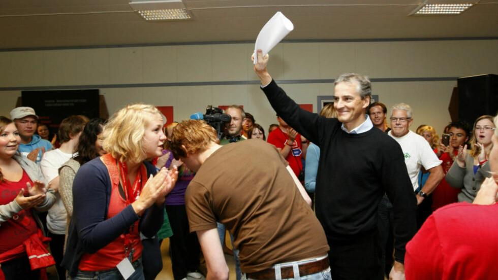 GODT MOTTATT: Utenriksminister Jonas Gahr Støre er i dag omgitt av ungdommer på AUFs sommerleir på Utøya. Der blir hans kritikk av Frps utenrikspolitikk godt mottatt. Foto: Terje Bendiksby / SCANPIX