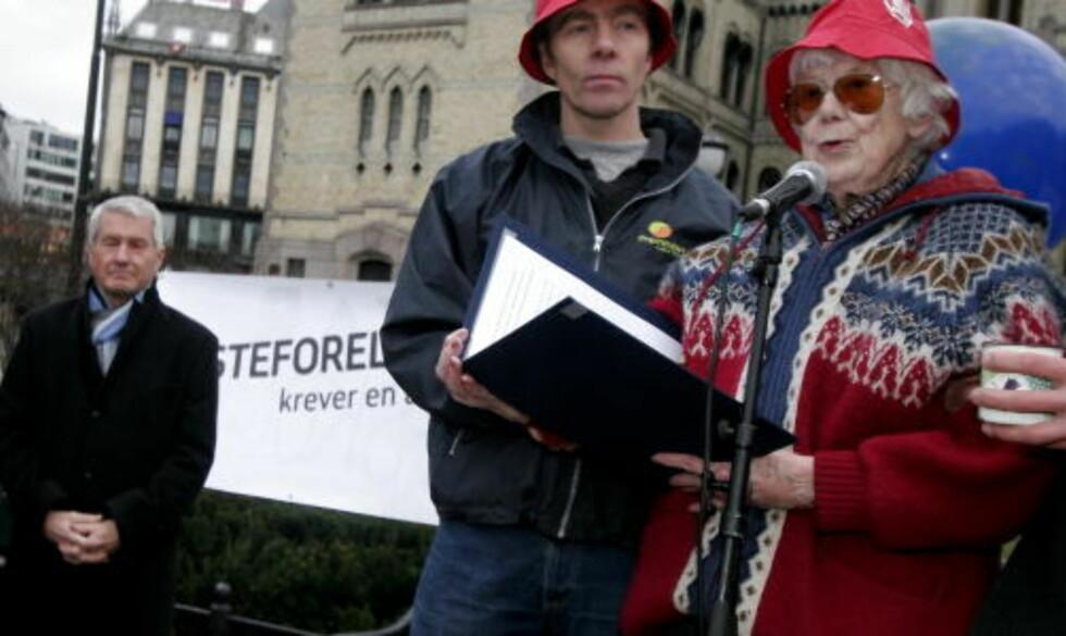 """ENGASJERT: Forfatter Ebba Haslund holdt en appel under aksjonen """"Besteforeldre krever en ansvarlig klimapolitikk"""" i 2007. Foto: Jarl Fr. Erichsen / SCANPIX"""