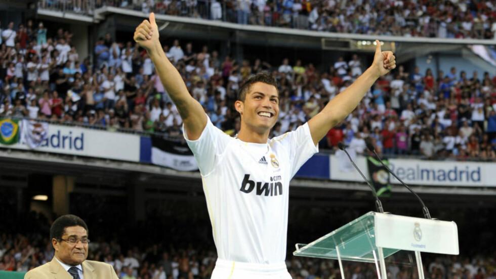 STORSLAGENT: Cristiano Ronaldo ble presentert foran ett nærmest fullsatt Santiago Bernabeu. Portugiseren kostet Real Madrid 830 millioner kroner.  Foto: AFP PHOTO / DANI POZO