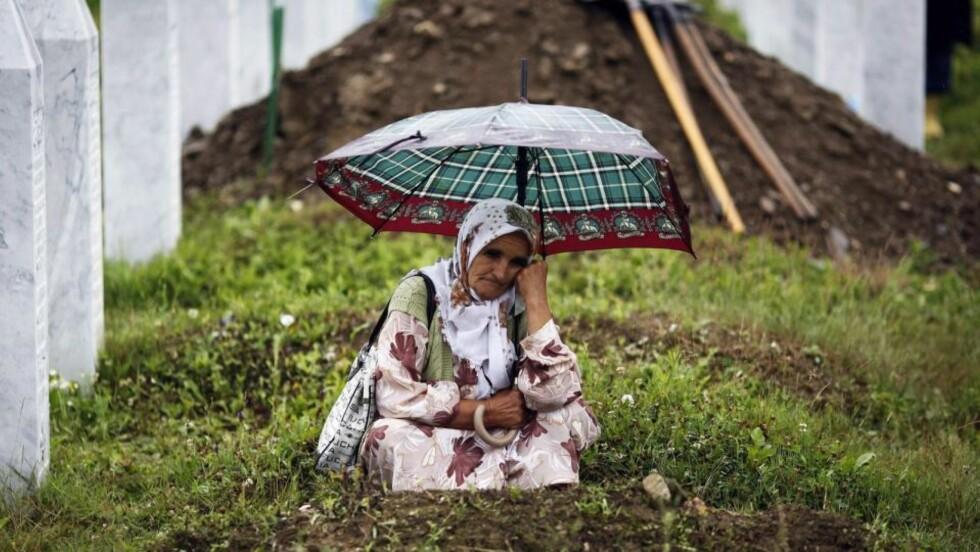 MINNET DE DØE: En muslimsk kvinne i bønn foran kisten med en slektning som ble offer for massakren i Srebrenica i det østlige Bosnia i 1995. Titusenvis av muslimer samlet seg lørdag i byen i det østlige Bosnia for å delta i en minneseremoni for 534 nylig identifiserte ofre. I uken som gikk blokkerte bosnisk-serbiske politikere et forsøk på å erklære 11. juni som offisiell minnedag for Srebrenica-ofrene. Foto: REUTERS / Damir Sagolj / SCANPIX