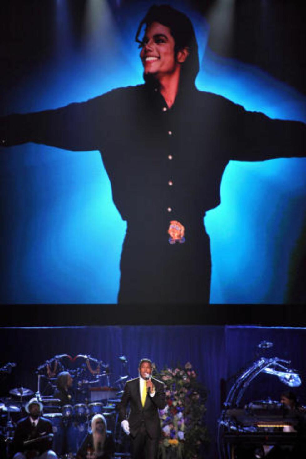MINNESTUND: Michael Jacksons bror, Jermaine Jackson, holder en tale under minnstunden på Staples Center i Los Angeles. Foto: AFP PHOTO/GABRIEL BOUYS/POOL/Scanpix