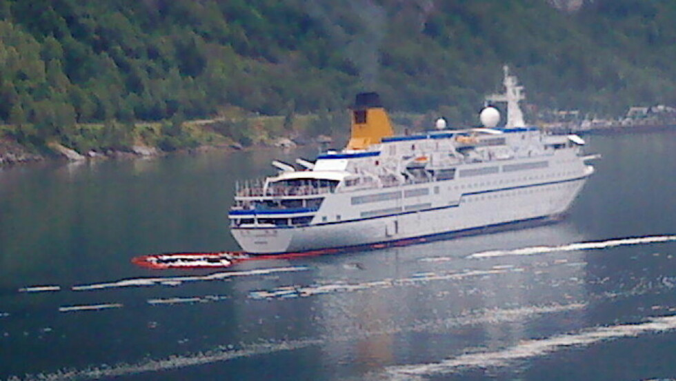 OLJESØL: Her er cruiseskipet som søler olje i Geirangerfjorden. MMS-foto: Vegard Sulebakk