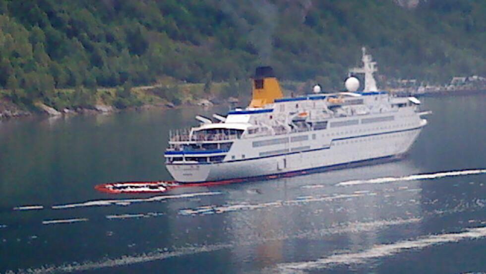 OLJESØL: Her er cruiseskipet Spirit of Adventure som sølte olje i Geirangerfjorden. MMS-foto: Vegard Sulebakk